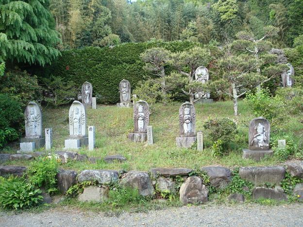 写真: 神応寺の石仏