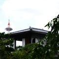 写真: 茶室「蘆菴」と京都タワー