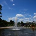 写真: 噴水と夏の空