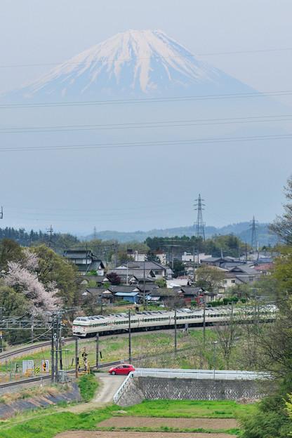 Photos: 富士山をバックに里山を行く189系中央線回送電車
