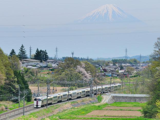 Photos: 富士山をバックに里山を行く215系中央線ホイデー快速ビューやまなし号