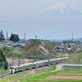 富士山をバックに里山を行く215系中央線ホイデー快速ビューやまなし号