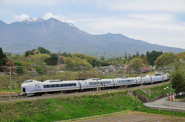 八ヶ岳とE351系特急スーパーあずさ号