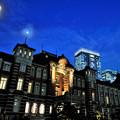 写真: 薄暮の東京駅