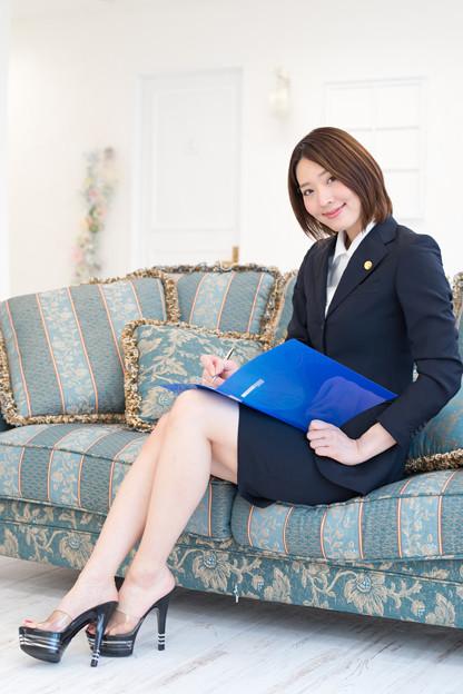 「ご挨拶が遅れました。私、エリーナ法律事務所の所長、沢井えりなと申します」