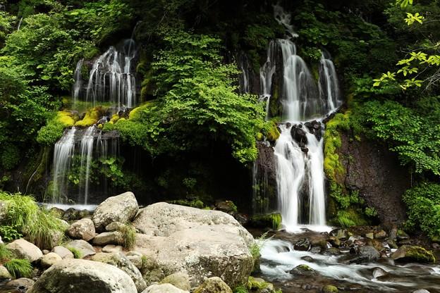 緑におおわれた岩間から絹糸のように流れ落ちる神秘さ