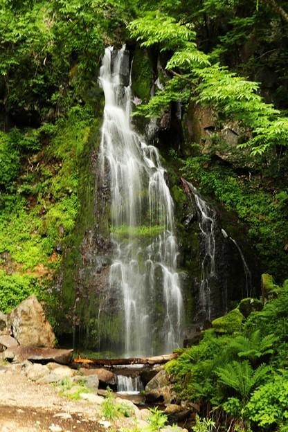 轟々と水面をたたく音が響く八岳の滝