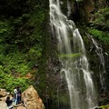Photos: 滝を見上げ、マイナスイオンを浴びる滝ガール