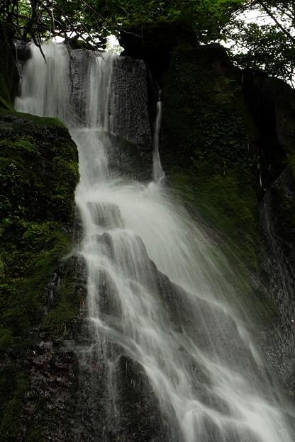滝水が岩にあたって跳ねる