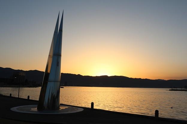 落日とモニュメント塔