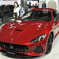 写真: Maseratiとお姉さん