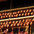 写真: 軒下の柿すだれ。