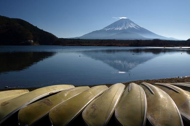 穏やかな師走の精進湖。