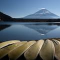 写真: 穏やかな師走の精進湖。