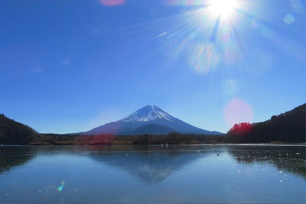 写真: 薄氷に逆さ富士。