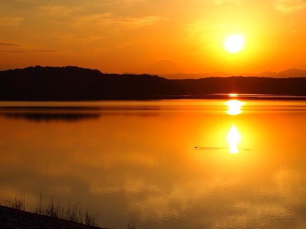写真: 湖の夕景