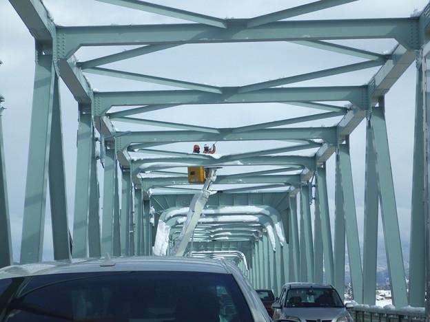 写真: 橋の雪落とし渋滞