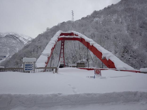 冬季閉鎖の湖面橋