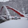 写真: 冬季閉鎖の湖面橋