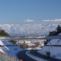 写真: 北陸自動車道と剱岳