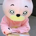 写真: ファンの方の小包にお絵描きをする・・桃色ウサヒ