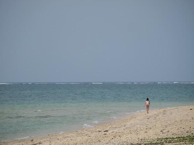 砂浜を歩いて