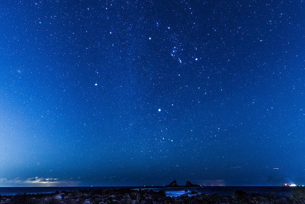 名勝三ツ石と冬の星たち
