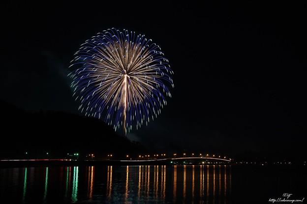 大玉(河口湖冬花火・湖上の舞)