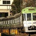 駒場東大前駅を発車するライトグリーンの1754F