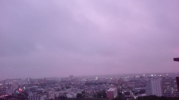 写真: 5月13日ラベンダー色の空