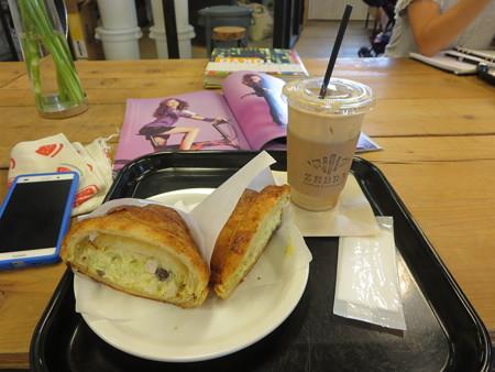 アイスカフェラテ+チキンサラダサンド