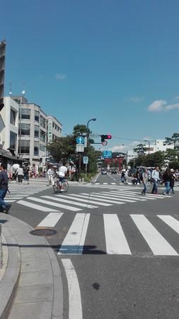 鎌倉駅前入口から八幡の参道をながめる