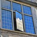 窓に映る夏の空
