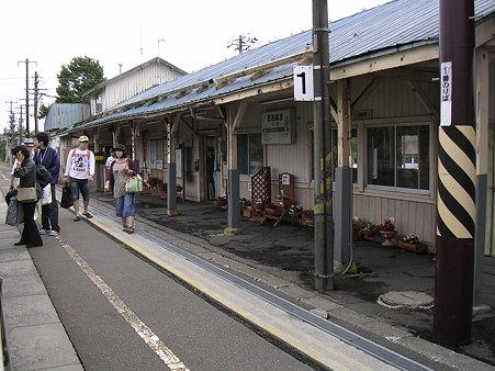 大沼駅ホームと駅舎