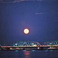 写真: 夢の中に昇る月