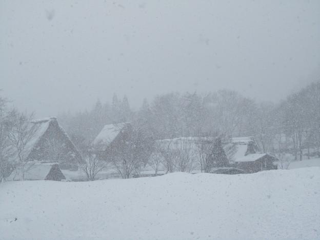 雪の中の民家