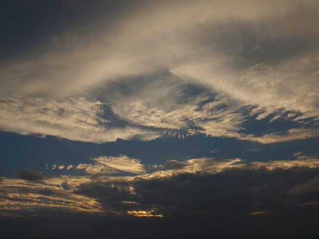 写真: 雲に遮られる夕日
