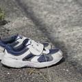 写真: 道路に置かれた靴~♪