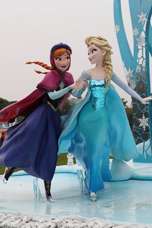 アナとエルサ