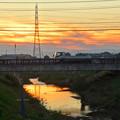Photos: 川に反射した夕焼けと、それを見下ろす鉄塔 - 3