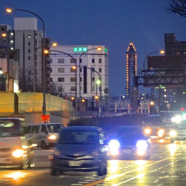 写真: 若宮大通 花田公園交差点から見えた、東山スカイタワーのイルミネーション - 3