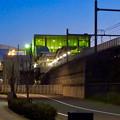 写真: 日没時のあおなみ線ささしまライブ駅