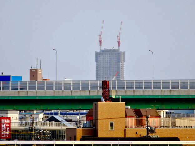 写真: 庄内川沿いから見えた、建設途中の御園座ビル - 3