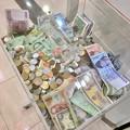 様々な国のお金が入ってた、エアポートウォークの募金箱 - 1