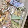 様々な国のお金が入ってた、エアポートウォークの募金箱 - 2