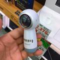 写真: SAMSUNGのコケシ型の360度カメラ「Gear 360」 - 1