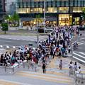 写真: 沢山の人で賑わうゲートタワーと大名古屋ビルヂング間の横断歩道 - 1