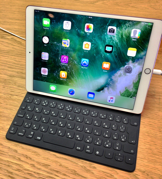 写真: iPad Pro 10.5と日本語Smart Keyboard - 2