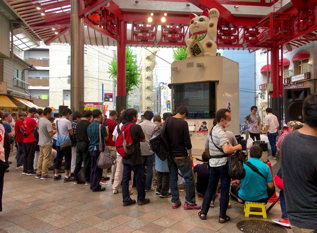 OS☆Uのライブ前で、たくさんの人が集まってた大須招き猫広場