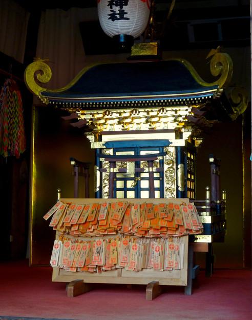 三光稲荷神社の金色の御輿(みこし) - 2